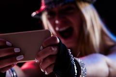 Dziewczyna cieszy się muzyczny online gdy był tam Zdjęcie Stock