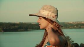 Dziewczyna cieszy się naturę i kłębi w tle rzeka swobodny ruch zbiory wideo