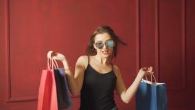 Dziewczyna cieszy się torba na zakupy zbiory