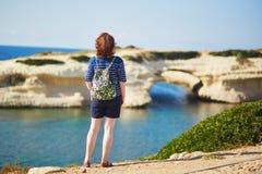 Dziewczyna cieszy się widok denny wybrzeże w Sardinia, Włochy Obraz Royalty Free
