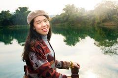 Dziewczyna cieszy się zmierzch na rejs łodzi Zdjęcie Stock