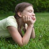 Dziewczyna cieszy się jej czas wolnego w naturze Obrazy Royalty Free