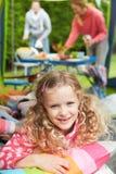 Dziewczyna Cieszy się Rodzinnego Campingowego wakacje Na Campsite Obraz Royalty Free