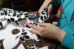 Dziewczyna ciie out elementy od adhezyjnego papieru maskować defekty biały drzwi, Zdjęcia Stock