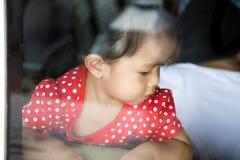 Dziewczyna cofa się na kanapie w lustrzanym pokoju Zdjęcie Stock