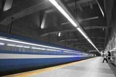 Dziewczyna Czeka metro Zdjęcie Stock