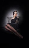 Dziewczyna, czerni smokingowy długie włosy i długo iść na piechotę w rajstopy fotografia royalty free