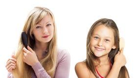 Dziewczyna czesze jej długie włosy gręplę Obrazy Royalty Free