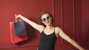 Dziewczyna czuje wielkiego po robić zakupy zbiory
