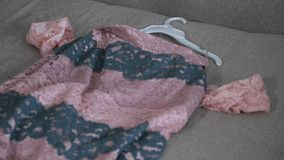Dziewczyna czyści w górę szafy rzeczy latają kanapa zbiory