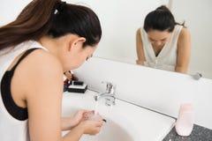 dziewczyna czyści twarz przed uzupełniał Zdjęcia Royalty Free