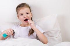 Dziewczyna czyści zęby, przygotowywa dla sen zdjęcia royalty free