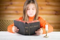 Dziewczyna czyta biblię Zdjęcia Stock