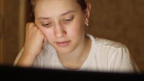 Dziewczyna czyta ebook w laptopie przy noc? Dziecko siedzi w og?lnospo?ecznej sieci w komputerze i sprawdza emaila zbiory