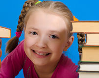 Dziewczyna czyta książkę Obrazy Stock