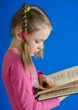 Dziewczyna czyta książkę Zdjęcie Royalty Free