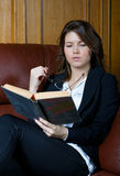 Dziewczyna czyta książkę Zdjęcia Royalty Free