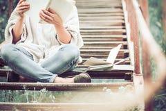 Dziewczyna czyta książkę na krokach schody Zdjęcia Stock