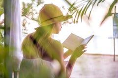 Dziewczyna czyta książkę na plaży fotografia stock
