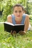 dziewczyna czyta książki Obrazy Royalty Free