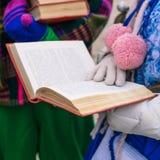 Dziewczyna czyta ksi??k? Rozpiecz?towana ksi??ka w r?kach m?oda kobieta Edukacyjny proces Wyk?ad dla uczni lub poetycki, literack zdjęcie stock