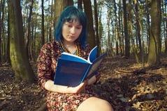 Dziewczyna czyta ksi??k? w lesie fotografia stock