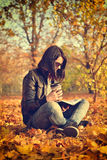 Dziewczyna czyta książkę z filiżanką Zdjęcia Stock