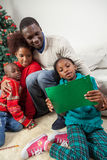 Dziewczyna czyta list który napisał Santa Obrazy Royalty Free