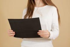 Dziewczyna czyta A4 pustą czarną ulotki broszurki broszurę Ulotek pres Zdjęcie Stock