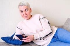 Dziewczyna czyta SMS w smartphone Emocja radosna niespodzianka Kobiety zwierają ostrzyżenie Modny elegancki profil z zdjęcie stock