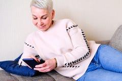 Dziewczyna czyta SMS w smartphone Emocja radosna niespodzianka Kobiety zwierają ostrzyżenie Modny elegancki profil z zdjęcia royalty free
