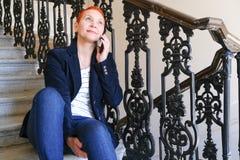 Dziewczyna czyta SMS w smartphone Emocja radosna niespodzianka Kobiety zwieraj? ostrzy?enie Modny elegancki profil z zdjęcia stock