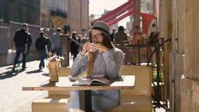 Dziewczyna Czytająca Cieszy się kawę podczas gdy zbiory