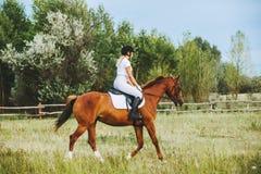 Dziewczyna dżokej jedzie konia Zdjęcia Royalty Free