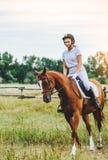 Dziewczyna dżokej jedzie konia Zdjęcia Stock