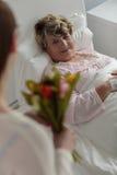 Dziewczyna daje babcia tulipanom bukietowi Obrazy Royalty Free