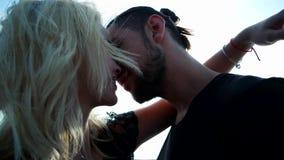 Dziewczyna daje czułemu buziakowi jej uroczy chłopak, romantyczna potomstwo para w sunbeam, miłość w powietrzu zbiory