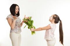 Dziewczyna daje matkować bukiet Obraz Royalty Free