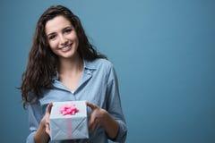Dziewczyna daje pięknemu prezentowi Zdjęcia Royalty Free
