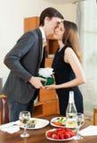 Dziewczyna daje prezentowi podczas romantycznego gościa restauracji Obraz Stock