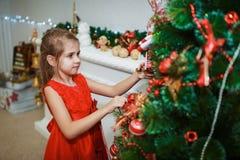 Dziewczyna dekoruje choinki dla bożych narodzeń Fotografia Royalty Free