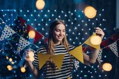 Dziewczyna dekoruje domowego Bożenarodzeniowego nowego roku czas zdjęcie royalty free