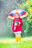 dziewczyna deszcz mały bawić się Fotografia Stock