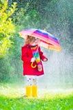dziewczyna deszcz mały bawić się Zdjęcie Stock