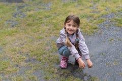 dziewczyna deszcz mały bawić się Obraz Stock