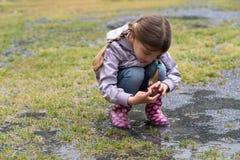dziewczyna deszcz mały bawić się Zdjęcia Stock