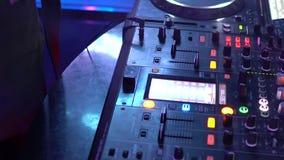 Dziewczyna DJ naciska guzika na muzycznej instalacji zdjęcie wideo