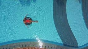 Dziewczyna dobrego czasu dopłynięcie na boja w basenie zbiory wideo