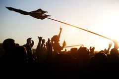Dziewczyna doping przy plenerową muzyką, rockowy festiwal fotografia royalty free