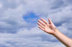 Dziewczyna dosięga out jego ręki niebo, dzięki lub pytać dla pomocy, Pojęcie religia, duchowość, modlitwa i błogosławieństwa, Obraz Stock